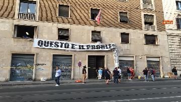 1 - Via la scritta dal palazzo occupato di Casapound a Roma
