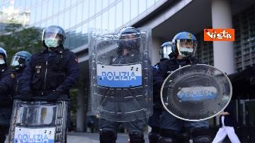 1 - CARC protesta sotto Palazzo Lombardia