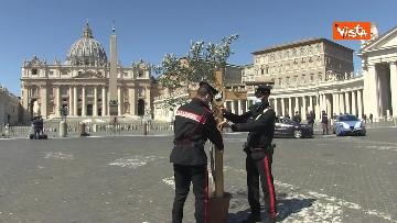 2 - I Carabinieri portano la croce a Piazza San Pietro