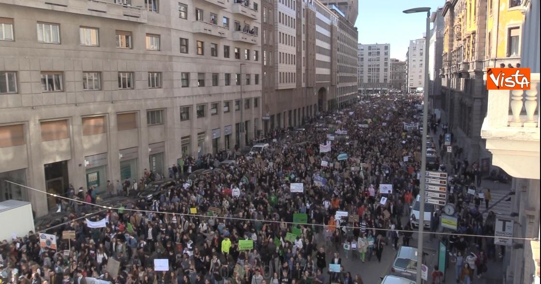 La 'marea' degli studenti attraversa Milano