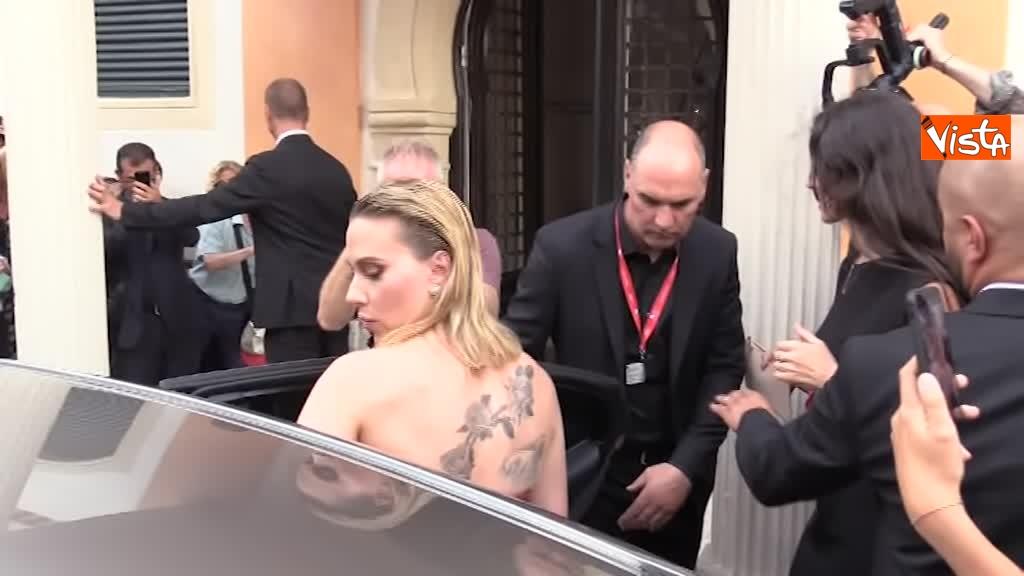 29-08-19 Mostra del Cinema Venezia, vestito rosso e tatuaggio a vista per Scarlett Johansson_03