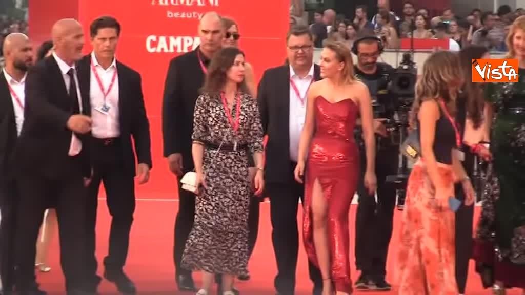 29-08-19 Mostra del Cinema Venezia, vestito rosso e tatuaggio a vista per Scarlett Johansson_04
