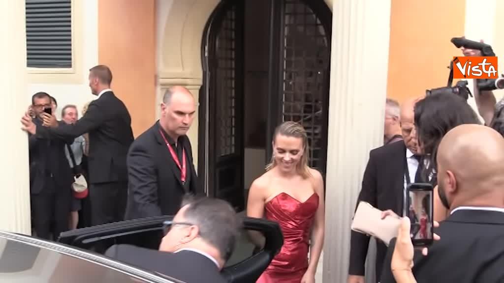 29-08-19 Mostra del Cinema Venezia, vestito rosso e tatuaggio a vista per Scarlett Johansson_02