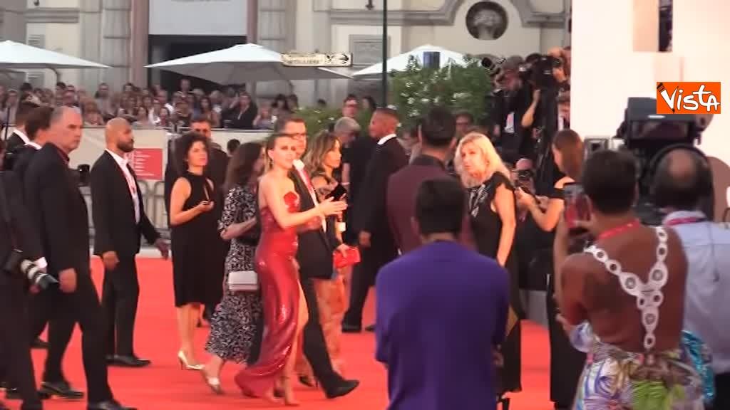 29-08-19 Mostra del Cinema Venezia, vestito rosso e tatuaggio a vista per Scarlett Johansson_06