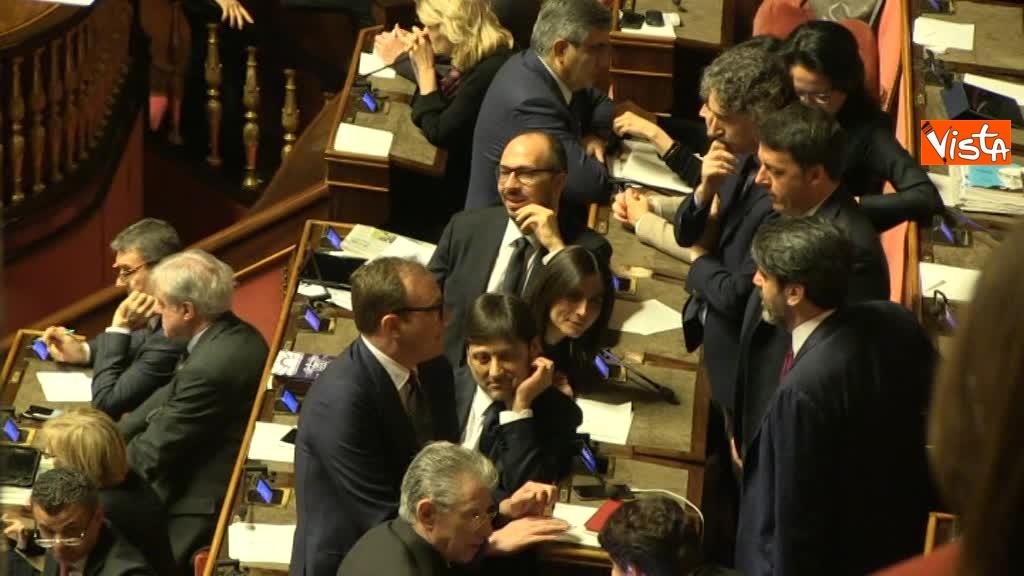 23-03-18 Renzi colloquia a lungo con i 'suoi' durannte le fasi di voto 01_145789128304578237289