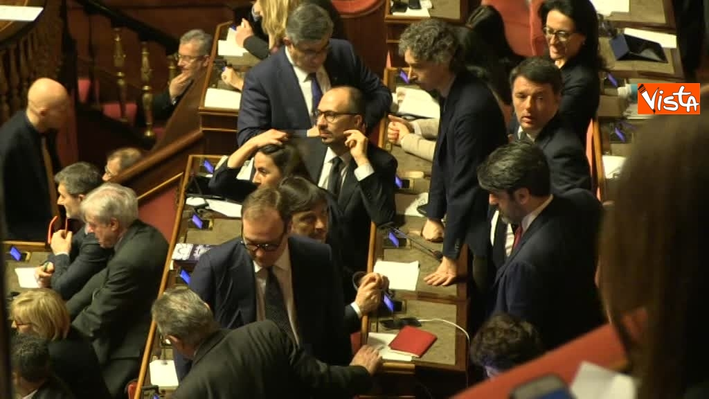 23-03-18 Renzi colloquia a lungo con i 'suoi' durannte le fasi di voto 01_148585695294411951527