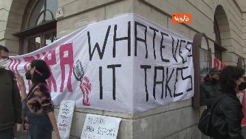 1 - Giornata mondiale del teatro, le foto della protesta davanti al Teatro Argentina a Roma