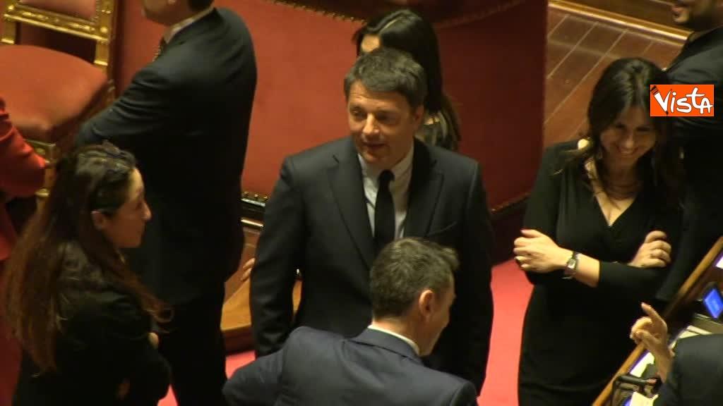 24-03-18 Renzi e Taverna scambiano qualche battuta durante l'attesa per il voto 00_303759014091078752105