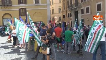 8 - Voucher, gli agricoltori in piazza Montecitorio contro il reinserimento, le immagini