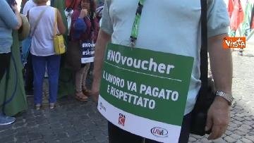 6 - Voucher, gli agricoltori in piazza Montecitorio contro il reinserimento, le immagini