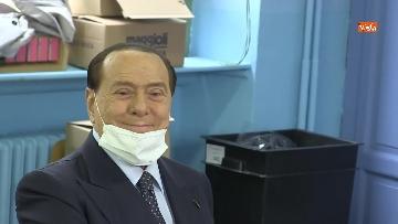 5 - Silvio Berlusconi a Milano per votare alle amministrative. Le foto