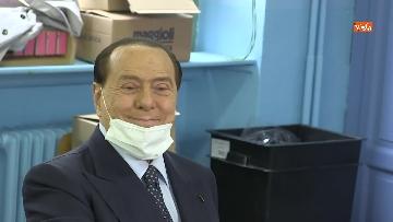7 - Silvio Berlusconi a Milano per votare alle amministrative. Le foto