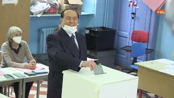 6 - Silvio Berlusconi a Milano per votare alle amministrative. Le foto