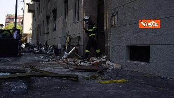 6 - Esplosione Milano, palazzina sventrata, macerie a terra, vigili del fuoco a lavoro, le immagini