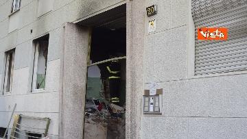 10 - Esplosione Milano, palazzina sventrata, macerie a terra, vigili del fuoco a lavoro, le immagini
