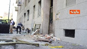 8 - Esplosione Milano, palazzina sventrata, macerie a terra, vigili del fuoco a lavoro, le immagini