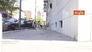 4 - Esplosione Milano, palazzina sventrata, macerie a terra, vigili del fuoco a lavoro, le immagini
