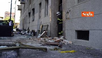 5 - Esplosione Milano, palazzina sventrata, macerie a terra, vigili del fuoco a lavoro, le immagini