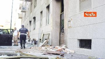7 - Esplosione Milano, palazzina sventrata, macerie a terra, vigili del fuoco a lavoro, le immagini