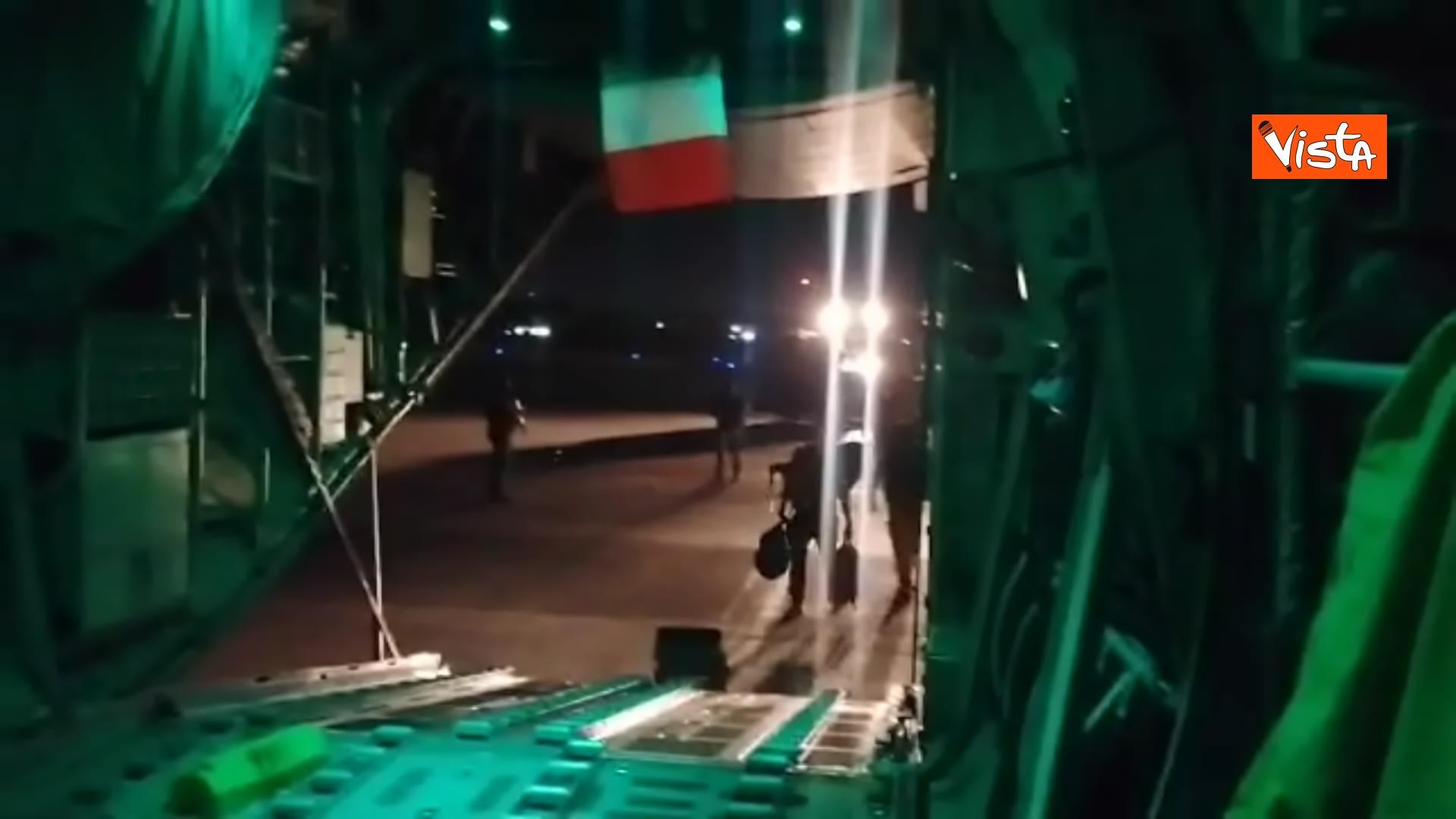 27-08-21 Finisce il ponte aereo Roma Kabul,_02. la chiusura del portellone