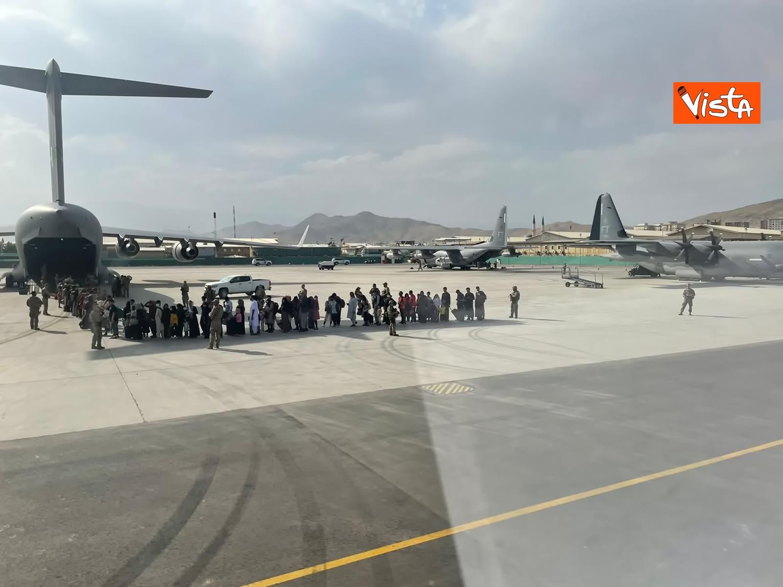 27-08-21 Finisce il ponte aereo Roma Kabul,_03. la chiusura del portellone