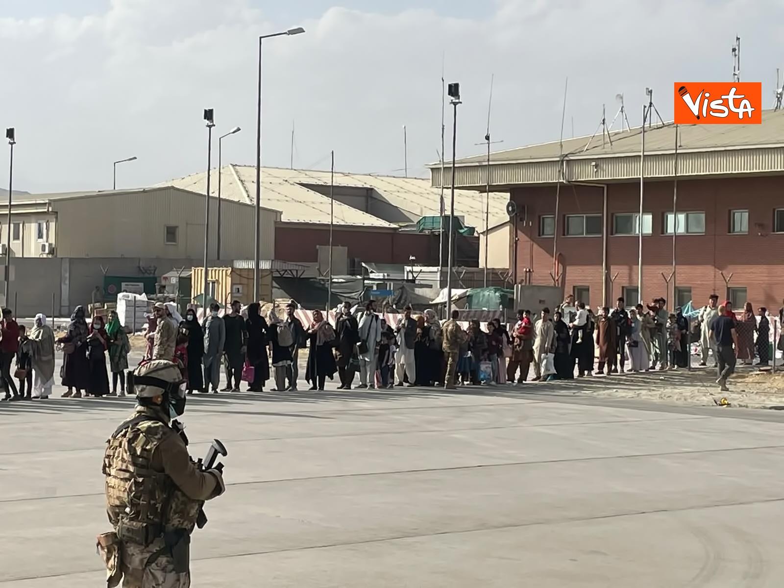 27-08-21 Finisce il ponte aereo Roma Kabul,_04. la chiusura del portellone