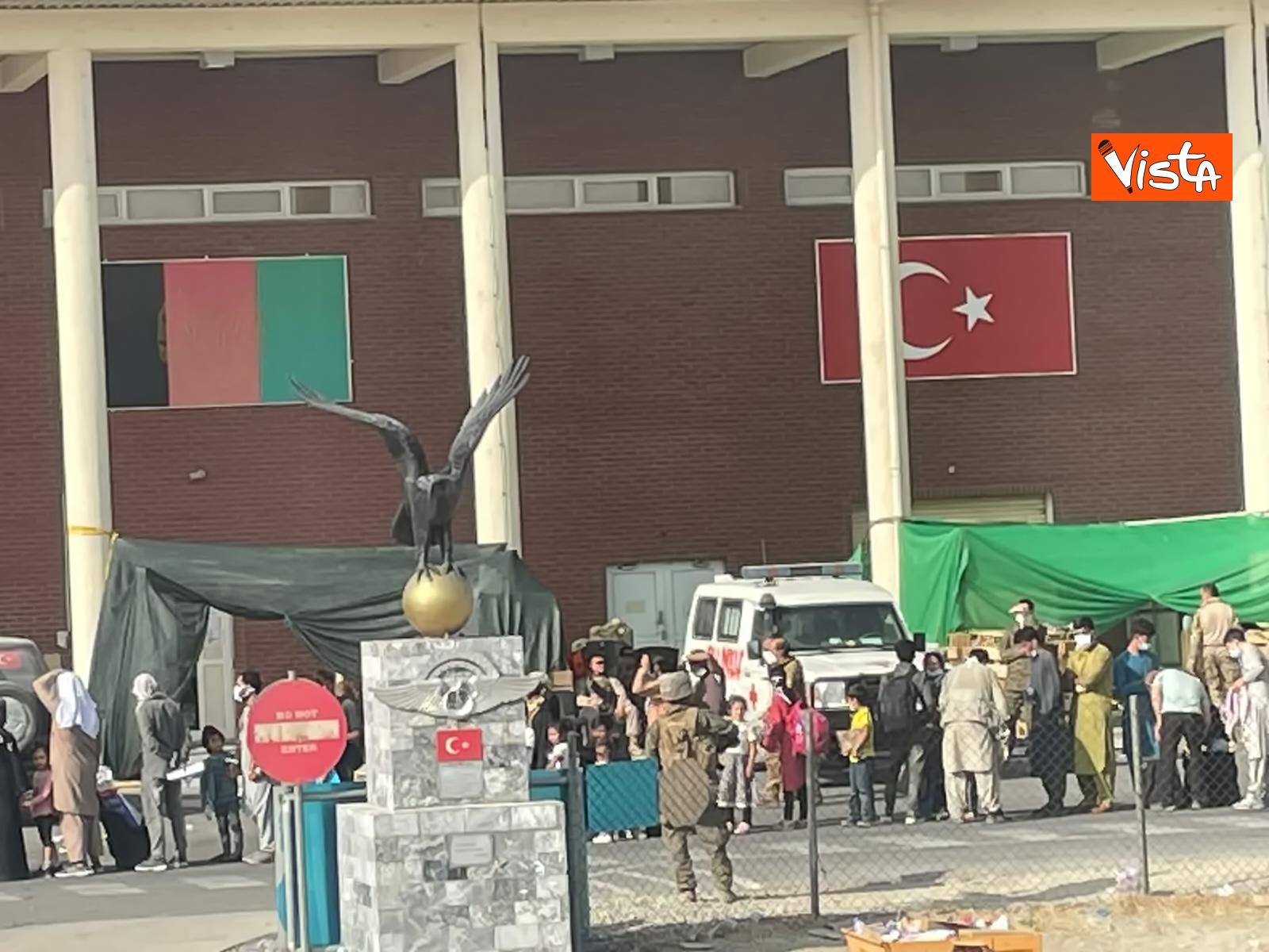 27-08-21 Finisce il ponte aereo Roma Kabul,_09. la chiusura del portellone