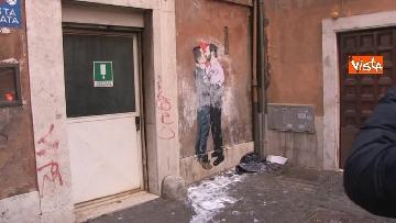 1 - Bacio tra Salvini e Di Maio, il murales a due passi dal Parlamento