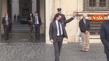 8 - Il presidente del Consiglio Giuseppe Conte risponde alle domande dei giornalisti fuori Chigi, le foto