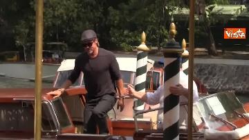 1 - Mostra del Cinema Venezia, Brad Pitt sbarca al Lido e si ferma a salutare i fan in delirio
