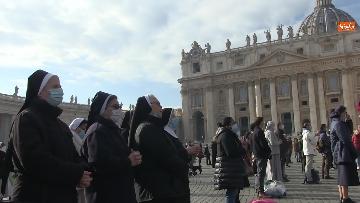1 - Molti fedeli a Piazza San Pietro per lAngelus dellultima domenica di avvento