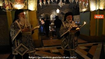 1 - Pasqua ortodossa, il rito del fuoco sacro al Santo Sepolcro di Gerusalemme