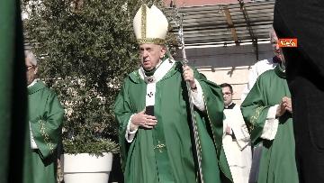 6 - Il Papa a Bari viene accolto dal presidente della Regione Puglia Michele Emiliano