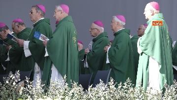 8 - Il Papa a Bari viene accolto dal presidente della Regione Puglia Michele Emiliano