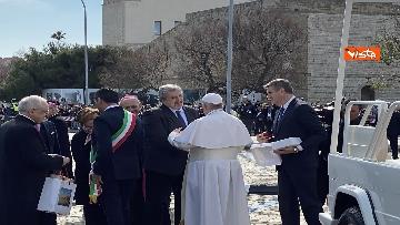 4 - Il Papa a Bari viene accolto dal presidente della Regione Puglia Michele Emiliano