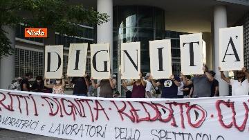 3 - Flash mob dei lavoratori dello spettacolo a Milano, le immagini del presidio