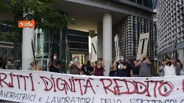 2 - Flash mob dei lavoratori dello spettacolo a Milano, le immagini del presidio