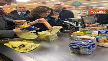 1 - Colletta alimentare, Casellati fa la spesa e la consegna a un banco alimentare