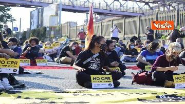 1 - Flash mob Milano, centri sociali davanti al Cpr per impedire arrivo di migranti