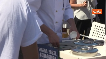 2 - Granita per chi raccoglie la plastica in spiaggia, l'iniziativa di Fdi per l'estate