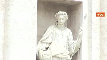 5 - Fontana di Trevi, i pochi passanti non rinunciano a fotografare il monumento