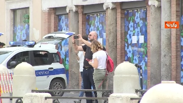 2 - Fontana di Trevi, i pochi passanti non rinunciano a fotografare il monumento