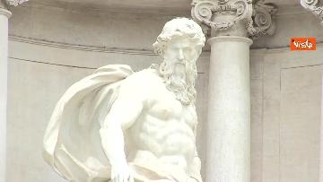 6 - Fontana di Trevi, i pochi passanti non rinunciano a fotografare il monumento