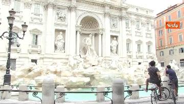 3 - Fontana di Trevi, i pochi passanti non rinunciano a fotografare il monumento