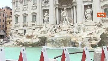 8 - Fontana di Trevi, i pochi passanti non rinunciano a fotografare il monumento