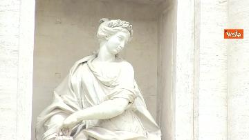 7 - Fontana di Trevi, i pochi passanti non rinunciano a fotografare il monumento