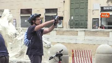 4 - Fontana di Trevi, i pochi passanti non rinunciano a fotografare il monumento