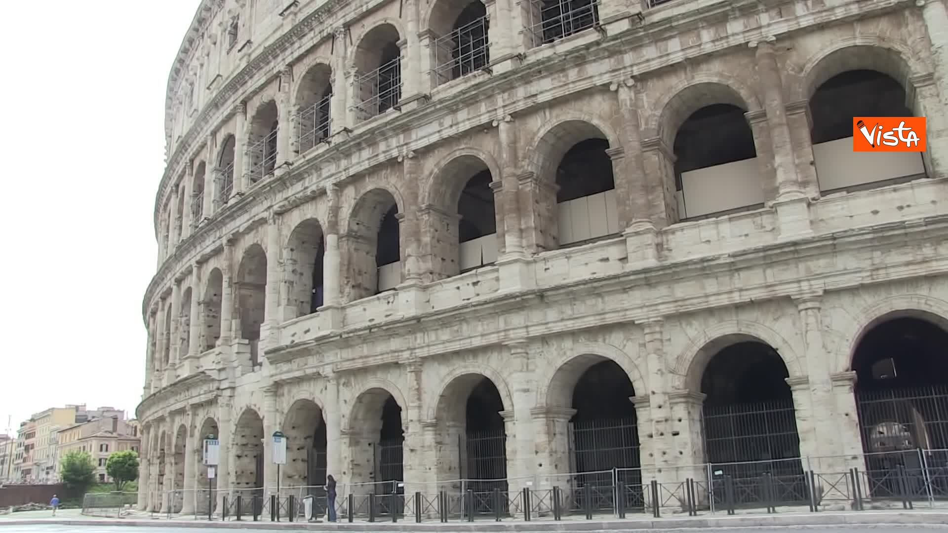 13-05-20 Colosseo deserto gli unici rumori che si sentono sono quelli dei lavori della metro C