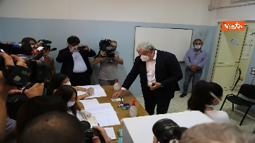 2 - Emiliano ha votato a Bari nell'Istituto scolastico
