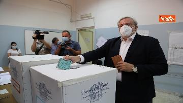 4 - Emiliano ha votato a Bari nell'Istituto scolastico
